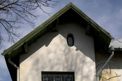Вул. І. Труша, 28. Стрихове віконце на ризаліті тильного фасаду