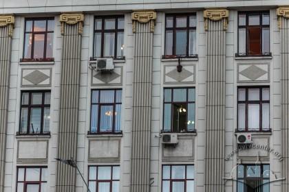 Пл. Генерала Григоренка, 3. Вікна 2-го–4-го поверхів