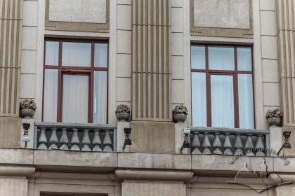 Пл. Генерала Григоренка, 3. Вікна 2-го поверху. Під ними – ліпні балюстради та п'єдестали із вазами