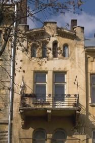 Вул. Академіка Богомольця, 7. Бічний пристінок (розкріповка) з балконом та аттиком