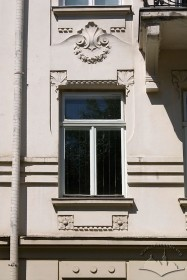 Вул. Академіка Богомольця, 9. Одне з вікон 2-го пов.