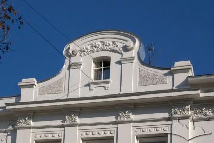Вул. Академіка Богомольця, 11. Аттик над головним фасадом