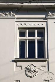 Вул. Академіка Богомольця, 11. Вікно 3-го пов.