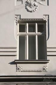 Вул. Академіка Богомольця, 11. Вікно 2-го пов.