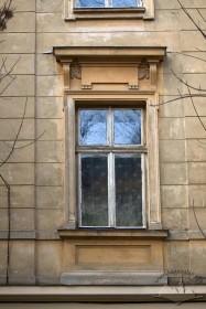 Вул. Академіка Богомольця, 15. Одне з вікон 2-го пов.