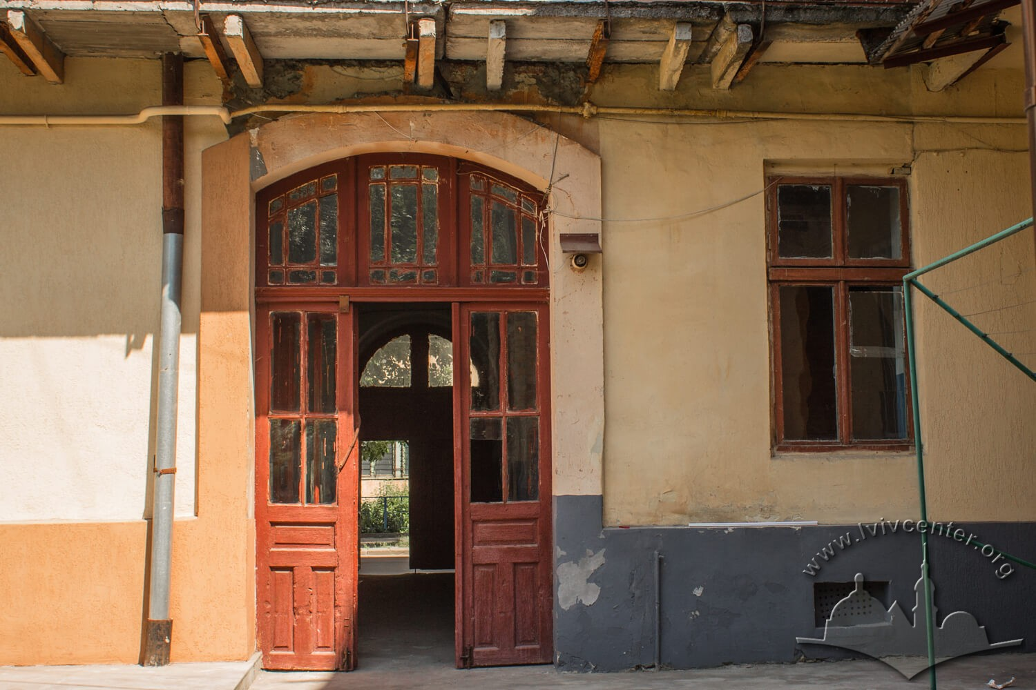Vul. Zavodska, 36. Doors from the courtyard to the passageway which leads to the street/Photo courtesy of Olha Zarechnyuk, 2016