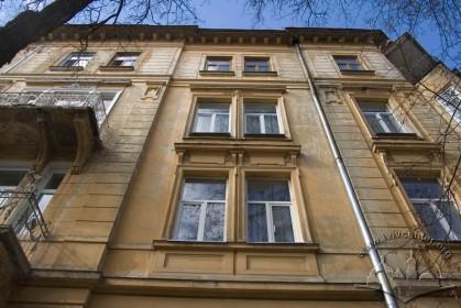 Vul. Bohomoltsia, 10. Part of the lateral facade