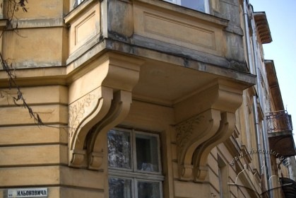 Vul. Bohomoltsia, 10. Corbels supporting the bay window