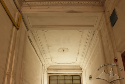 Vul. Bohomoltsia, 1. Ceiling with Neoclassicist decor in the passageway which leads to the building's courtyard