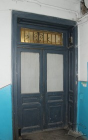 Vul. Bohomoltsia, 1. Authentic doors situated on the ground floor which lead from a corridor to the staircase. The original etched glass is preserved