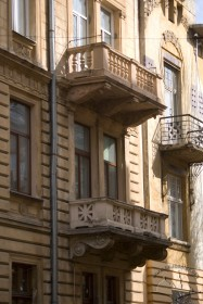 Vul. Bohomoltsia, 1. Lateral balconies on the main facade