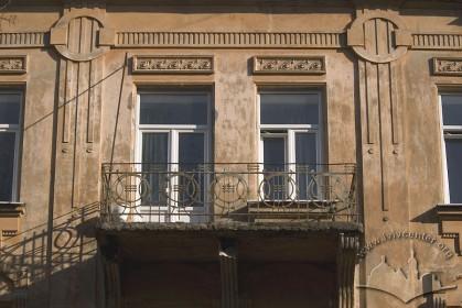 Вул. Академіка Богомольця, 11а. Балкон 3-го пов. на бічному фасаді