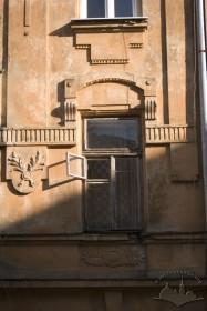 Вул. Академіка Богомольця, 11а. Вікно 2-го пов.
