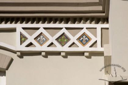 Вул. Генерала Чупринки, 11. Деталь головного фасаду з фризом з майоліковими плитками