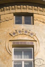 Вул. Академіка Богомольця, 3. Фрагмент зверху наріжника