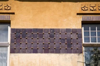 Вул. Академіка Богомольця, 3. Декоративний фриз з керамічної плитки між вікнами 3-го пов.