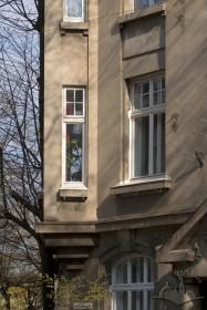 Вул. Котляревського, 15. Деталь головного фасаду, зліва - фрагмент наріжного еркера