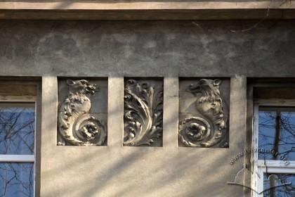 Вул. Котляревського, 15. Барельєфи на головному фасаді (між вікнами 3-го поверху)
