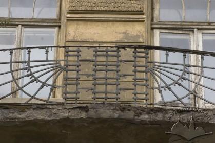 Ul. Akademika Bohomolca, 5. Ogrodzenie balkonu na 2 piętrze