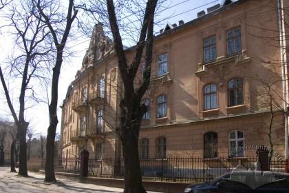 Фасад будинку №24 і фрагмент будинку №22 на вул. Котляревського