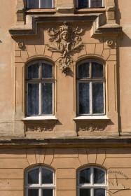 Вул. Котляревського, 24. Вікна 2-го пов. на бічному пристінку