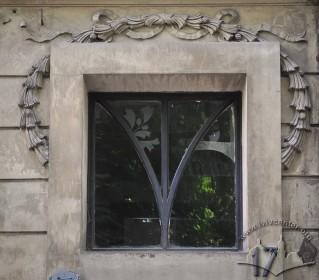 Вул. Нечуя-Левицького, 17. Світлик над дверима