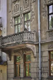 Вул. Нечуя-Левицького, 17. Фрагмент фасаду із балконом на 2-му поверсі