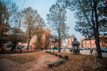 Пл. Старий ринок. Сквер на місці давньої синагоги. Вид у бік центру міста.