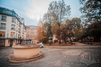 Пл. Старий ринок. Сквер на місці давньої синагоги. Вигляд зі сходу у бік вул. Хмельницького