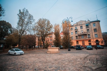 On the background, buildings no. 5 and 7 at pl. Staryi Rynok