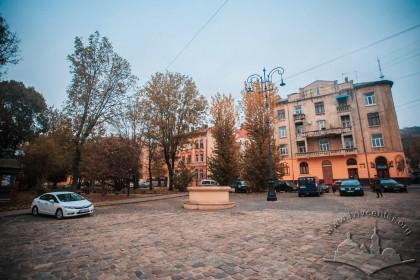 Пл. Старий ринок. На тлі – будинки №№ 5 і 7 на пл. Старий ринок