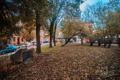 Пл. Старий ринок. Сквер на місці давньої синагоги. Меморіальний знак зліва
