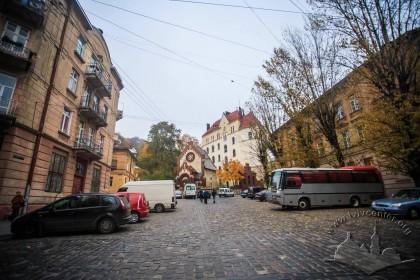 Пл. Старий ринок. Вигляд в напрямку колишнього костелу Іоанна Хрестителя, який сьогодні діє як музей і водноча як церква