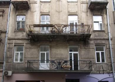 Вул. Дорошенка, 32. Фрагмент фасаду в рівні ІІ-ІІІ-го поверхів