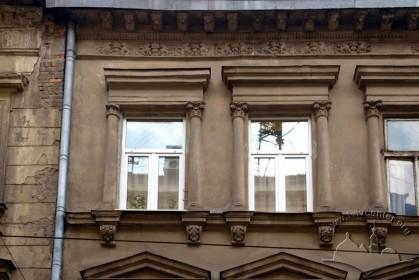 Вул. Дорошенка, 34. Вікна ІІІ-го пов.