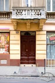 Вул. Дорошенка, 34. Фрагмент фасаду з головним порталом