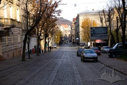 Вул. Дорошенка, 41. Вигляд з південнішої частини вулиці, на дальньому плані - кол. костел єзуїтів