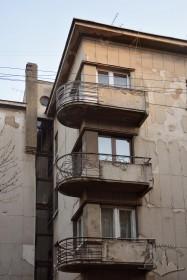 Вул. Дорошенка, 61. Балкони на головному фасаді