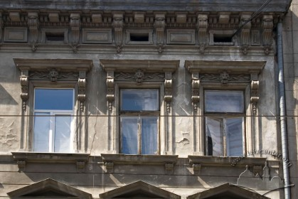 Вул. Дорошенка, 16. Вікна 3-го поверху
