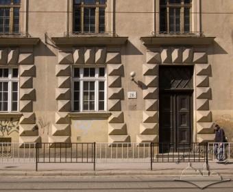 Вул. Дорошенка, 22. Фрагмент фасаду в рівні І-го пов., прорізи мають масивні обрамлення з діамантового русту