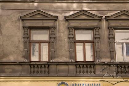 Вул. Дорошенка, 31. Вікна ІІ-го пов. з обрамленнями в стилі німецького неоренесансу