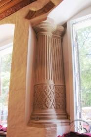 Вул. Федорова, 8. Ренесансна міжвіконна колона у приміщенні на 1-му поверсі