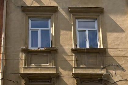 Вул. Федорова, 8. Вікна третього поверху