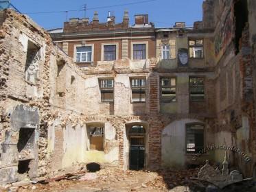 Вул. Федорова, 28. Руїни будинку, вигляд зсередини. На тильному плані - будинок на вул. Федорова, 27
