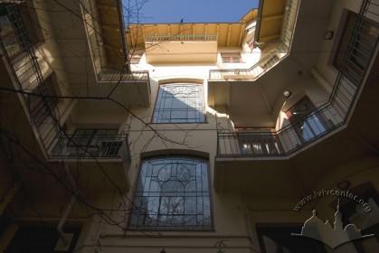 Вул. Академіка Богомольця, 6. Тильний фасад головного корпусу будинку
