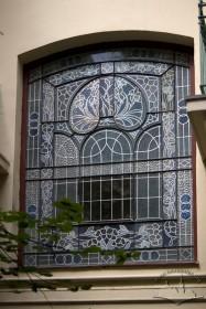 Вул. Академіка Богомольця, 6. Вітраж (відреставрований) вікна на сходовій клітці