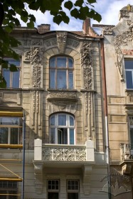 Вул. Академіка Богомольця, 6. Фрагмент збоку головного фасаду