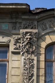 Вул. Академіка Богомольця, 6. Ліпний декор лізени з рослинним орнаментом та маскароном