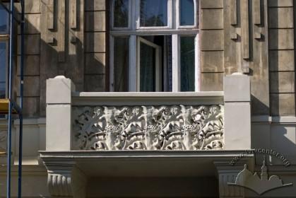 Вул. Академіка Богомольця, 6. Балкон 2-го пов.