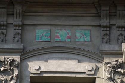 Вул. Академіка Богомольця, 6. Декор між вікном 3-го пов. і вінцевим карнизом